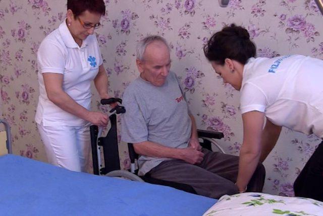 przenoszenie chorego, wideo, poradnik, opieka, opieka nad pacjentem