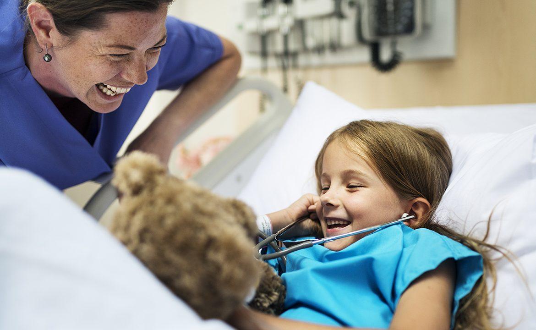 pacjent, dziecko, leczenie, szpital, łóżko, zabawa
