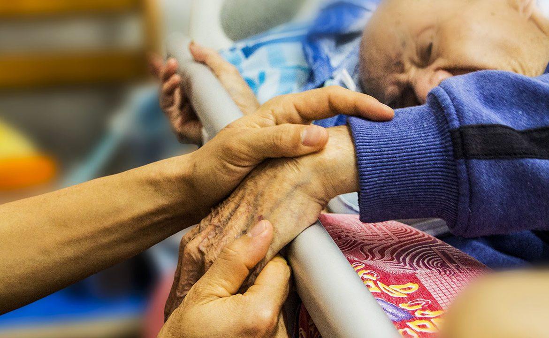 opieka dlugoterminowa, chory, pacjent, jedzzenie, posilek, opiekun, podopieczny