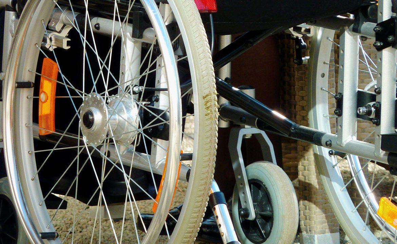 przesadzanie na wózek, transfer na wózek, wózek inwalidzki, balkonik, pacjent, opiekun, asystent osobisty