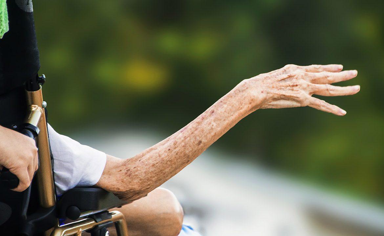 fałszywe oskarżenia, demencja, choroba demencyjna, choroba alzheimera, chory niewdzięczny, brak wdzięczności, opiekun, psycholog, psychologia
