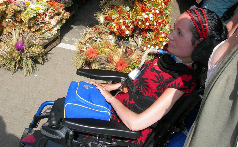 Justyna Kędzia, respirator, wentylacja domowa, sprzęt medyczny, spacer z respiratorem