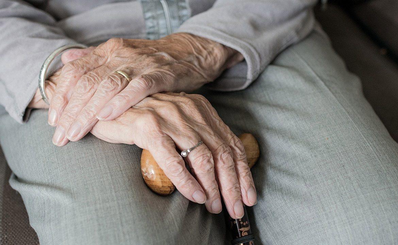 demencja, alzheimer, gromadzenie rzeczy, chwanie jedzenia, teepa snow, pacjent i opiekun, opieka nad seniorem, geriatria